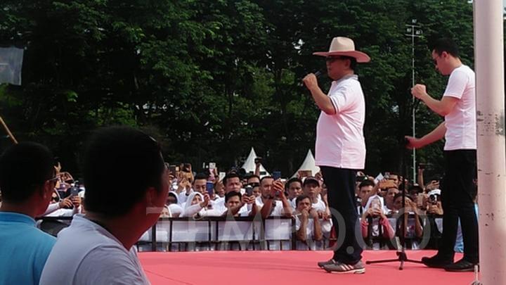 Jalan bareng relawan, Prabowo malah naik mobil